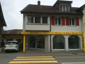 Komplette Fassadenreinigung Geschäftshaus Niederurnen